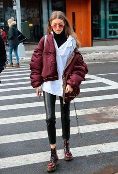 Gigi Hadid usou sua turtleneck sob a camisa para um look com informação de moda.
