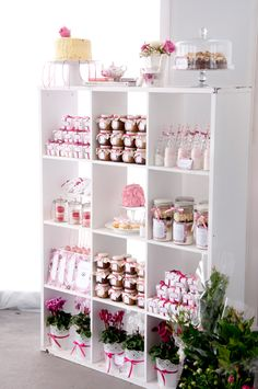 ....Y en vez de mesa estantería para un candy bar original.