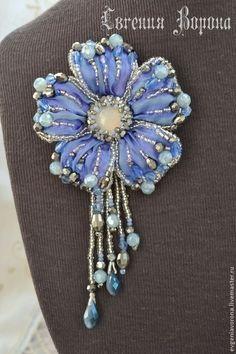 Shibori Flower Pendant Broach in Lilac & Blue Bead Embroidery Jewelry, Soutache Jewelry, Silk Ribbon Embroidery, Bead Jewellery, Fabric Jewelry, Beaded Jewelry, Beaded Flowers, Fabric Flowers, Brooches Handmade