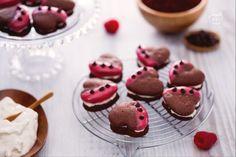 Gli whoopies sono delle tortine farcite, una sorta di incrocio fra macaron e cupcake, a forma di cuore sono perfette da servire per San Valentino!