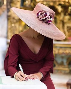 Shared by Find images and videos about fashion, beautiful and style on We Heart It - the app to get lost in what you love. Hats For Women, Clothes For Women, Look Fashion, Womens Fashion, Fashion Hats, Fancy Hats, Fascinator Hats, Fascinators, Headpieces