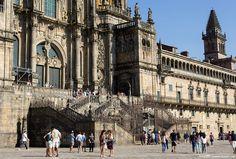 As escadas anteriores à fachada barroca. Esta fotografia mostra bem as misturas de estilo e das épocas em Santiago de Compostela.