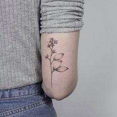 Hand poke tattooer and owner of Coco Schwarz tattoo shop, Lara Jurkoweit, also known as Lara Maju is a young talented artist from Hamburg, Germany. Baby Tattoos, Sister Tattoos, Flower Tattoos, Tatoos, Tattoo Und Piercing, B Tattoo, Tattoo Shop, Black Cat Tattoos, Vegan Tattoo