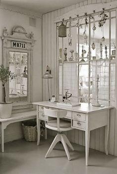 Kijk die schattige pootje en dat stoeltje dit zou het ook kunnen zijn en dan zeker de spiegel er ook bij voor...mij!