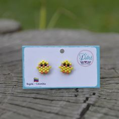 🐣 We love chicks and D& brings to light the first moles both for your . Beaded Earrings Patterns, Peyote Patterns, Beading Patterns, Hama Beads Patterns, Seed Bead Jewelry, Seed Bead Earrings, Seed Bead Projects, Diy Accessoires, Beaded Crafts