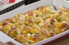Our Pull-Apart Cheese Bread is great for a movie night at home with some friends and family. That& & this pull-apart bread is made with delicious and irresistible ingredients, like two kinds of melted cheese and yummy buttermilk biscuits. Samosas, Empanadas, Pull Apart Cheese Bread, Bread Recipes, Cooking Recipes, Keto Recipes, Buffet, Pan Relleno, Spaghetti And Meatballs