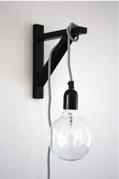For a space-saving lamp, a light bulb hanging on a string on a shelf bracket mounted on the wall. | 31 ideas de decoración para el hogar que son muy ingeniosas