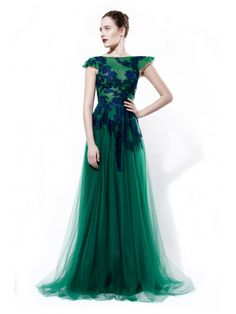 Rhea Costa's feminine style, making it easy for any woman to relate to it. Feminine Style, Shades Of Green, Formal Dresses, Formal Wear, Women's Fashion, Elegant, Emerald Green, Lady, Costa