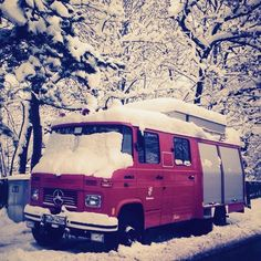 What a van! #vanlife #snow #firetruck #red #snowwhite #oldtimer #spotted #vanlove #pictureoftheday