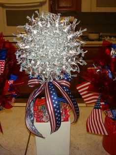 Of July Gift Ideas - Hershey kiss candy bouquet Candy Bar Bouquet, Gift Bouquet, Candy Arrangements, Candy Centerpieces, Kisses Candy, Sweet Trees, Candy Crafts, Chocolate Bouquet, Creative Gifts