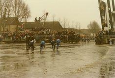 Wedstrijdrijders op de Dokkumer Ee tijdens de 13e Elfstedentocht, 21 februari 1985.