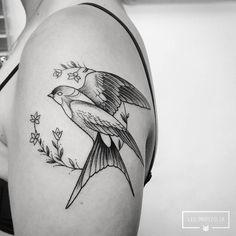 Tatuagem criada por Léo Marsiglia. Passarinho e as flores. #tattoo #tatuagem #art #arte #blackwork #delicada
