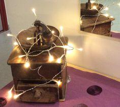 Valo ja menneisyys... Kyllä tällä myllyllä vielä voisi jauhaa joulukahvit.