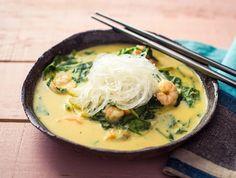Oosterse noedelsoep Met gepelde garnalen De noedels in dit gerecht heten glasnoedels. Normaal worden die gemaakt van tarwe maar de jouwe werden gemaakt van bonen. Dit gerecht is dus volledig glutenvrij! De groene currypasta brengt de soep op smaak en geeft, samen met de kokosmelk, een Oosterse toets aan het gerecht.