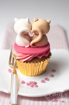 Love Cats Valentine Cupcake Tutorial - Perfect For Your Sweetheart - Cupcakes - Katzen Cupcakes ♡ You are in the right place about pets unique Here we offer you the most beautif - Cat Cupcakes, Cupcake Cakes, Cupcake Toppers, Love Cupcakes, Cupcakes Fondant, Cupcakes Design, Fondant Toppers, Cupcake Tutorial, Fondant Tutorial