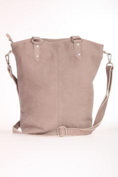Deze tas van CowboysBag is 100% leer. De kwaliteit is mat, zoals nubuck. De tas sluit met rits en heeft 3 binnenvakjes waarvan 1 met ritssluiting. De tas heeft ook een lange schouderband. Bag Mayfair Cowboys Bag 1306 Grey