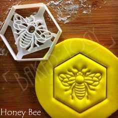 FLAT-RATE SHIPPING regardless of quantity! Flat-rate applies per address. ♥ SIZE Honeycomb: Approximately 7.2cm by 7cm (2.83 inches by 2.75 inches) Honey Bee: Approximately 7.4cm by 8.5cm (2.91 inches by 3.34 inches) 5mm thickness of dough will be perfect (~1/5 inch) ESSENTIAL TIPS: ♥