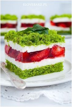 CIASTO SZPINAKOWE Z TRUSKAWKAMI Delicious Cake Recipes, Sweet Recipes, Dessert Drinks, Dessert Recipes, Spinach Cake, Good Food, Yummy Food, Summer Cakes, C'est Bon
