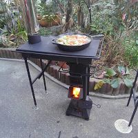a rocket stove with attachments, first the stove like table with the chimney, but the fabricator Mr. Sugiura, has a square or an arch type oven that go on top the rocket stove replacing that stove top. Good idea if one wants to custom made this kind Metal Projects, Welding Projects, Diy Projects, Bbq Grill, Grilling, Jardin Decor, Stove Heater, Propane Stove, Stove Oven