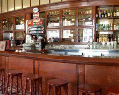 Una placa conmemorativa en la esquina de las calles Monserrate y Obrapia da testimonio del año (1896) en el que Francisco Puig fundó este bar y restaurante, al que llamó Castillo de Farnés, en honor a una fortaleza del siglo XI situada en la provincia de Gerona, en Cataluña, su región natal.
