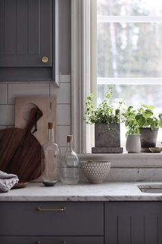 Natural Home Decor Supporting cataloged grey kitchen cabinet Start now.Natural Home Decor Supporting cataloged grey kitchen cabinet Start now Kitchen Design, Kitchen Cabinet Design, Kitchen Renovation, Diy Kitchen Cabinets, Interior, Grey Kitchen, Kitchen Interior, Home Decor, Kitchen Cabinets