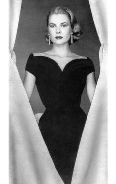 A l'occasion de la sortie du numéro de septembre de Vogue Paris, dédié à la fureur du noir, retour sur cet incontournable de la garde-robe des parisiennes, telle qu'elle a été portée par les icônes du cinéma hollywoodien depuis la fin des années 40 jusqu'à aujourd'hui.