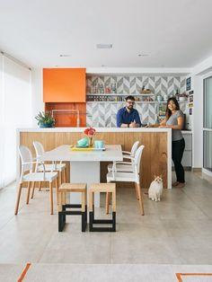 Área gourmet. Com o painel de azulejos da Lurca e a caixa laranja para a churrasqueira, formada por Silestone no frontão e marcenaria laqueada na parte superior, a bancada ganhou personalidade (Foto: Victor Affaro / Editora Globo)