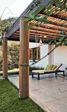 Na varanda da sala, o pergolado de itaúba e bambu, de 26 m², ganhou cobertura com placas de policarbonato alveolar (2,40 x 1,20 m) para proteger o espaço da chuva e do excesso de sol.