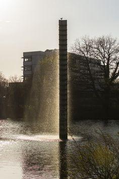 #Kiel Eine schlanke, zwölfeinhalb Meter hohe Stele steht im Teich am Sportforum. Wasser wird nach oben gepumpt und fließt dann nach unten, vorbei an waagerechten Metallplatten, die in regelmäßigen Abstän...