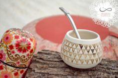 Mate trinangulos, en cerámica de gres.  gildatomasini.blogspot.com.ar facebook.com/Argilda Pueblo Pottery, Yerba Mate, Mug Cup, Candle Holders, Projects To Try, Objects, Clay, Candles, Mugs