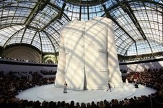 """Chanel Spring 2009 Haute Couture runway Chanel Mobile Art exhibit with giant purse and compact Gigantor Chanel Quilted Bag: """"The Huge"""" C. Chanel Fashion Show, Fashion Runway Show, Fashion Shoes, Coco Chanel, Karl Lagerfeld, Channel Jacket, Tweed, Mobile Art, Vogue"""