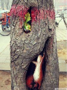 Melukis Pada Lubang Pokok Yang Hodoh Menjadi Lukisan Indah - dairishare