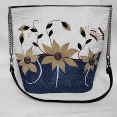 Romantická+denim+kabelka+-+Františka+Kabelka+je+ušitá+z+recyklovanej+jeansoviny,+kombinovaná+v+prednej+časti+ručne+tkanou+režnou+látkou+(zmes+ľanu+a+bavlny).+Na+prednej+časti+sa+nachádzajú+aplikácie+kvetov+z+prírodného+semišu+(bledá+farba)+a+systetického+semišku+(tmavá+farba).+Na+kvetoch+sú+pripevnené+ozdobné+gombíky+z+nemagnetického+kovu.+Kabelka+je+vyšívaná+manuálne...