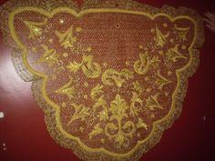 Toca sobre manto bordada en oro en red