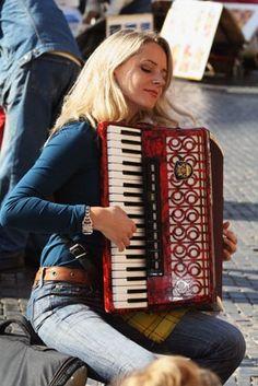 play accordion