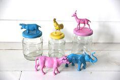 Maak originele vrolijke voorraadpotjes met speelgoeddieren en spray verf.