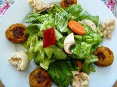 Falaffel gehen immer und die Saisongärtnerin richtete ihre ganz besonders hübsch zum Salat an.