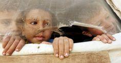 Crianças refugiadas sírias observam de sua barraca, na cidade de Saadnayel…