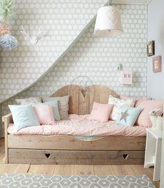 Mooi een bedbank met mooie kussens in pastelkleurtjes