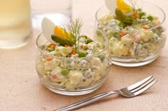 L'INSALATA RUSSA, è un piatto tradizionale della cucina russa che può essere servita come antipasto durante tutto l'anno, ma generalmente viene preparata sotto le feste, come a Natale. In Italia ce ne sono tante varianti, a seconda dei gusti e delle regioni, noi ve ne proponiamo una abbastanza semplice, alla quale potete aggiungere a piacere, tonno, prosciutto, pollo, gamberi, ecc... Qui la #ricetta di #GialloZafferano: http://ricette.giallozafferano.it/Insalata-russa.html  #Natale #Capodanno