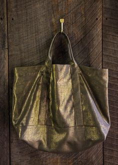 Spring Shimmer Linen Tote h| This DIY tote screams luxury!