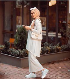 Modern Hijab Fashion hijab chic outfit ideas 18 Inspiring White Outfit Ideas With Hijab For Winter - Zahrah Rose Hijab Fashion Summer, Modest Fashion Hijab, Modern Hijab Fashion, Modesty Fashion, Hijab Fashion Inspiration, Muslim Fashion, Fashion Muslimah, Fall Fashion, Fashion Dresses