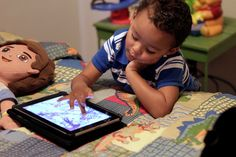 Need another reason to limit your kids' screen time? New research shows that exposure to the artificial lights from computers and electronics may make it more difficult to get to Free Educational Apps, Baby Tech, Teaching Babies, Tools For Teaching, Teacher Tools, Teaching Strategies, American Academy Of Pediatrics, Maila, Family Doctors