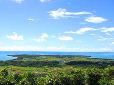 小浜島の大岳(うふだき)からはいむるぶし方面を撮影。 はいむるぶしの海の向こうに見える島は、人口より牛が多いと言われる黒島です。 #Sightseeing