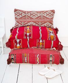 Moroccan floor cushions - boho chic decor | Get your hippie on! Here are the 10 best bohemian decor Etsy shops for you to find unique wall tapestries, moroccan decor, rugs and bohemian pillows!