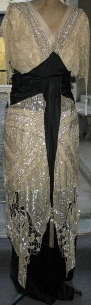 61da27171ef8 Jacques DOUCET robe du soir brodée et pailletée, vers 1913. Longue robe à  taille