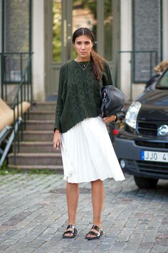 laessig outfit idee rock weiss pullover poncho gruen mode style