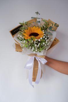 Sunflower 向日葵花束 • 报纸 newspaper • Sunflower 👉🏼 Rm 85 • Free Cocotina Gift Card : Write Message  👉🏼 #向日葵花束 #太阳花花束 #向日葵手花 #祝贺花束 #韩式花束 #新款花束 #特别花束 #大体花束 #毕业花束 #Graduation  #生日花束 #Congratsbouquet #Flowerballoon #Sunflowerbouquet #Pandamart #FoodPanda #Pandashop  #johorflorist #floristjohor #jbflorist #flowerstagram #flowerbouquet #koreastylebouquet #handbouquet #花店 #新山花店 #florist #小天使花店 #小天使花屋 🌾 instagram@angelfloristgiftcentre ✉️ angelfloristgiftcentre@hotmail.com 🕊…
