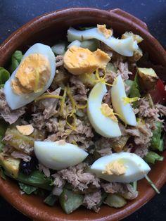 Salade Nicoise (blz. 48 Nina-St.Tropez) groene sla, zwarte olijfjes, geroosterde aardappelblokjes, ansjovis, tomaten, gesnipperd ui, sperziebonen, ei en tonijn met dressing v olie, azijn, citroen, geraspte citroenschil en Dijonmosterd