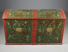 Rosemalt kiste med grønn bunnfarge, eierinitialer og datering 1860, Telemark. L: 112 cm. Lakket. Prisantydning: ( 3000 - 4000) Solgt for: 2000